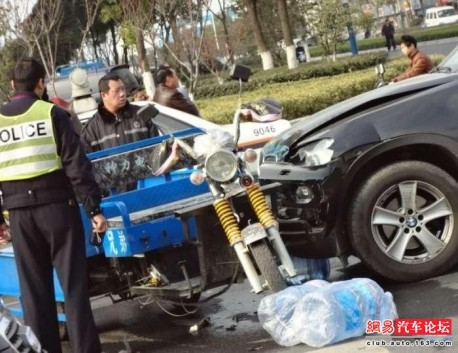 BMW X5 against Tricycle in China, BMW loses  - CarNewsChina com