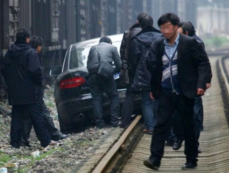 Drunk Audi driver from China uses railway. audi-drunk-china-2.
