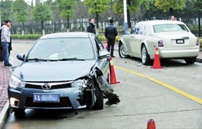 Mitsubishi Lancer hits Rolls Royce Phantom in China