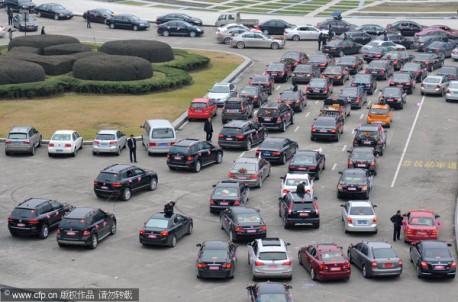 Wedding cars cause traffic jam in China