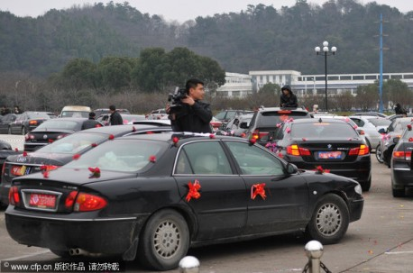 Wedding cars cause traffic jam in China