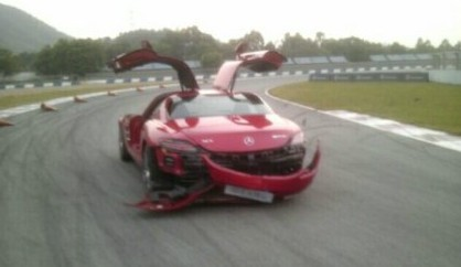 Journalist crashes Mercedes-Benz SLS AMG in China