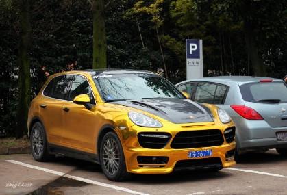 Porsche Cayenne in Gold