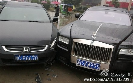 Rolls-Royce Ghost hits a Honda in China