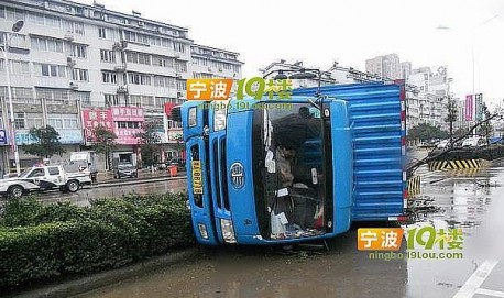 Truck driver in China is Cool about the Crash