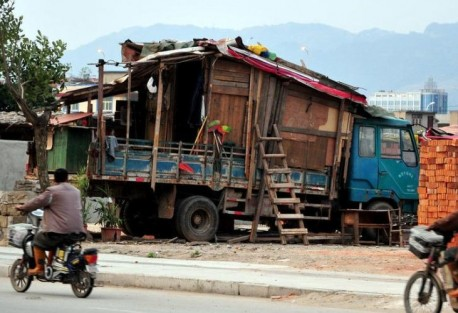 Cool Chinese man lives in self-made RV