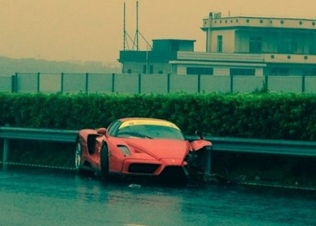 Ferrari Enzo crashes in China