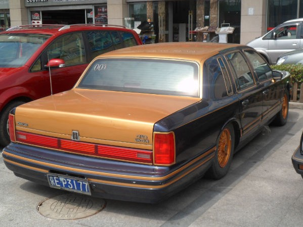 Spotted In China Lincoln Town Car In Black And Gold Orange