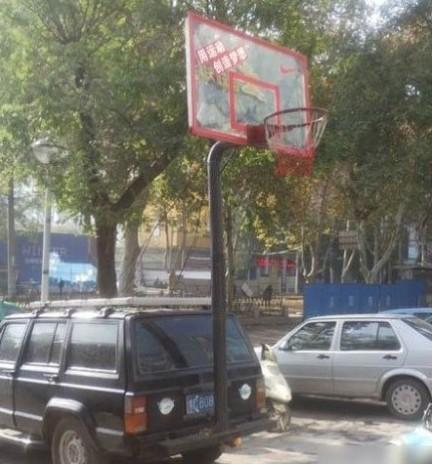 Beijing-Jeep Cherokee is a basketball pole in Beijing