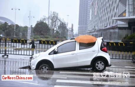 Chang'an BenBen hits Hole in Road in China