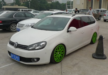 volkswagen golf variant is a lowrider in china. Black Bedroom Furniture Sets. Home Design Ideas