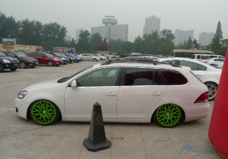 Volkswagen Golf Variant is a lowrider in China