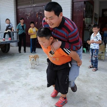 7-year old Boy can pull a Wuling minivan in China