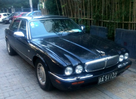Spotted in China: Daimler V8 in blue