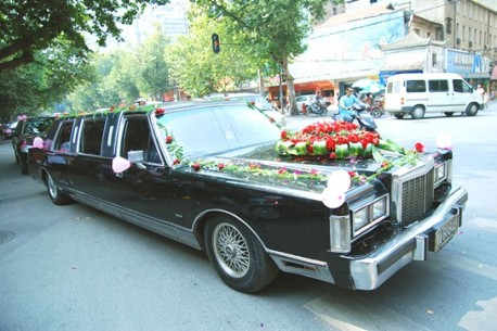 Big 1980's Lincoln Town Car Limousine pops up in China
