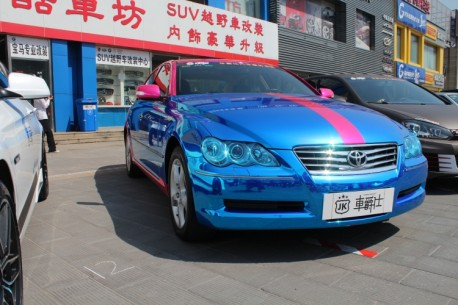 Toyota Reiz is shiny blue and pink in China