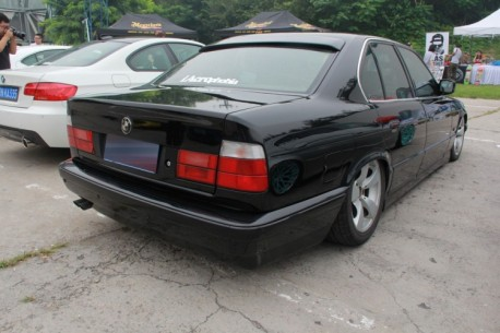 BMW E34 5-series is a lowrider in China