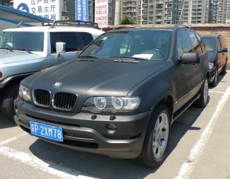 BMW X5 4.4i is matte black in China