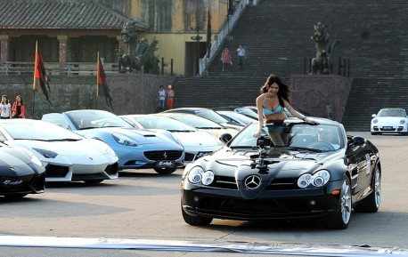 Chinese Babe gets Hot in a Mercedes-Benz SLR McLaren
