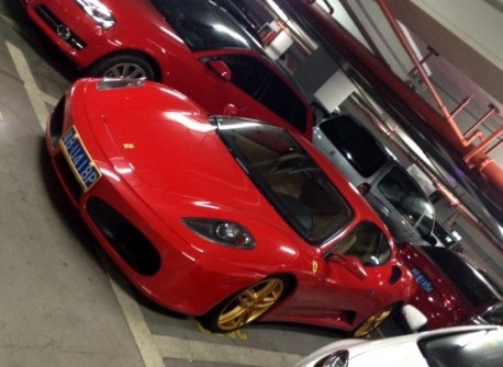 Ferrari F430 with golden alloys in China
