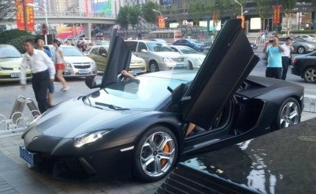 Lamborghini Aventador is matte black in China