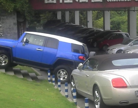 Parking a Toyota FJ Cruiser, the Chinese Way