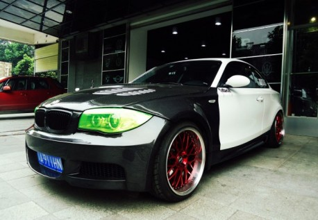 BMW 1M is black & white in China