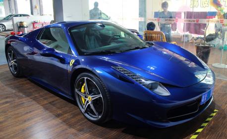 Ferrari 458 Italia Spider is blue in China