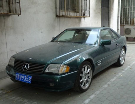 Spotted in China: R129 Mercedes-Benz SL500 in Green