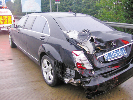 Crash Time China: truck hits on Mercedes-Benz S550 stretched limousine