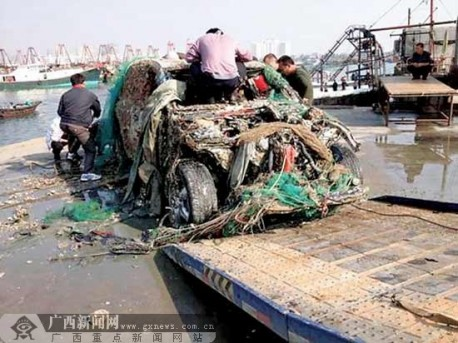Chinese fishermen catch a Porsche Cayenne