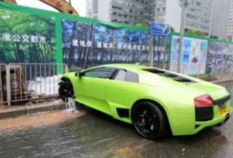 Crash Time China: Lamborghini Murcielago hits a Fire Hydrant
