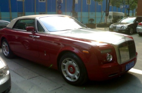 Rolls-Royce Phantom Drophead Coupe is red in China