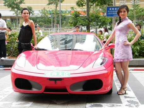 Pretty Chinese Girls & Two old Ferrari supercars