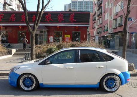 Ford Focus is a white & blue lowrider in China
