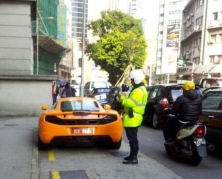 McLaren MP4-12 parks in the wrong spot in Macau