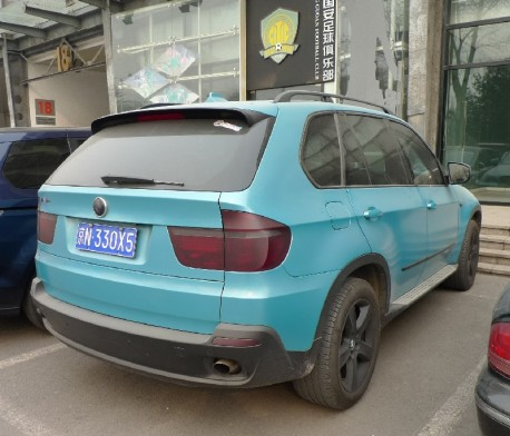 BMW X5 is matte blue in China