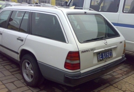 W124 Mercedes-Benz E-Class Estate gets a new Grille in China