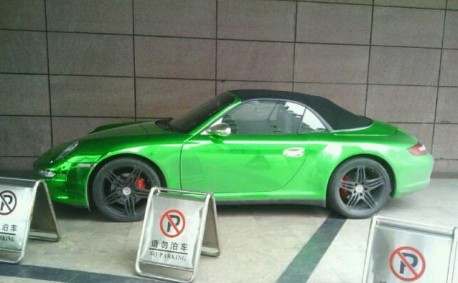 Porsche 911 Cabrio is shiny green in China
