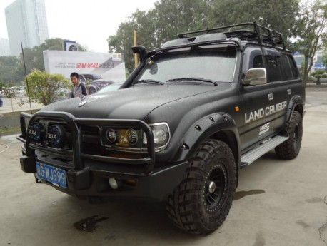 Toyota Land Cruiser 80 Series is matte black in China