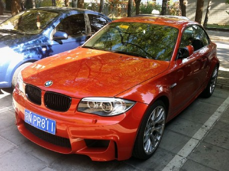 Spotted in China: BMW 1M looks Fast in Orange