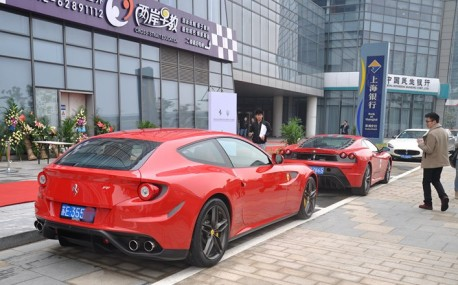 Ferrari FF & Ferrari F430 go Shopping in China
