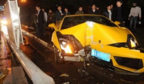 Crash Time China: Lamborghini Gallardo hits light pole