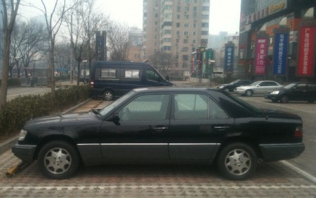 Spotted in China: W124 Mercedes-Benz E220 in Black