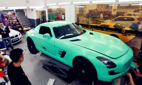 Mercedes-Benz SLS in yellow or green in China