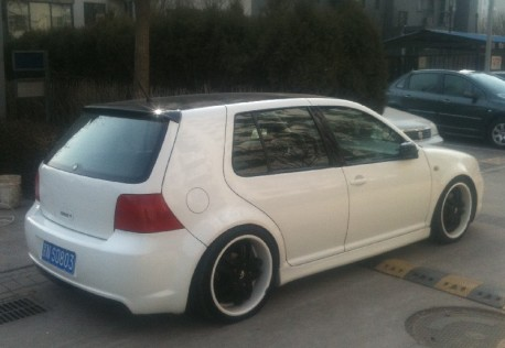 Volkswagen Golf is a white lowrider in China