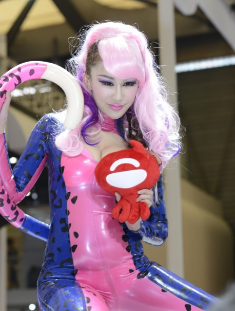 Catwoman Du Yifei crawls all over the Shanghai Auto Show