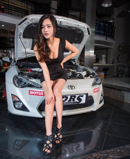 china-car-girl-toyota-86-1