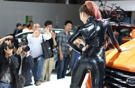 china-catwoman-shanghai-auto-4