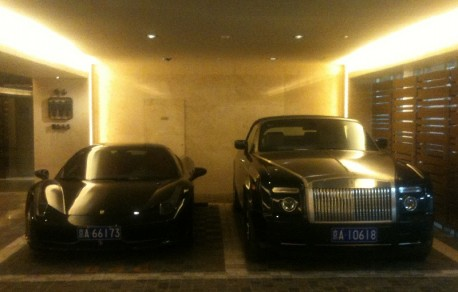 Ferrari 458 Italia & Rolls Royce Phantom Drophead Coupe are Black Together in China